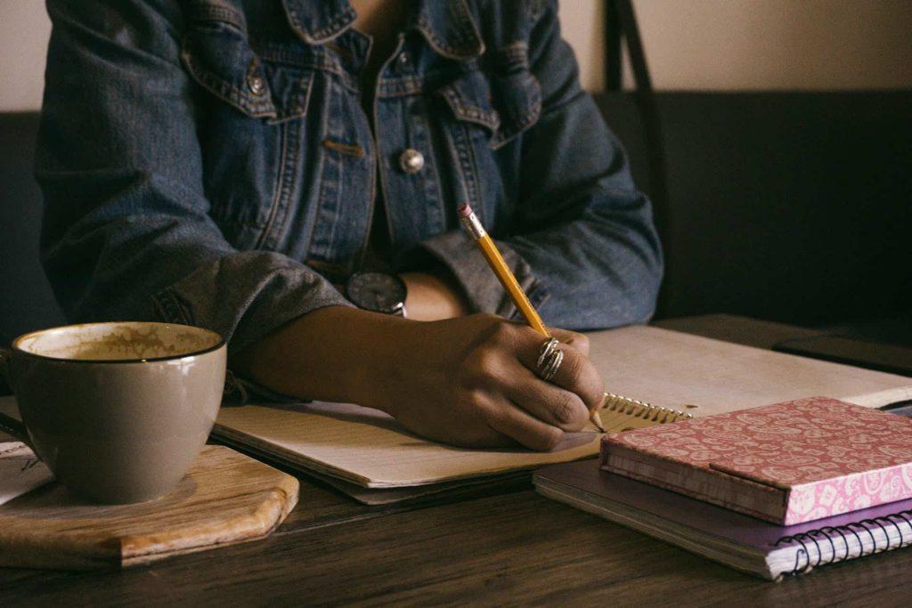 Mujer teniendo buena postura al escribir